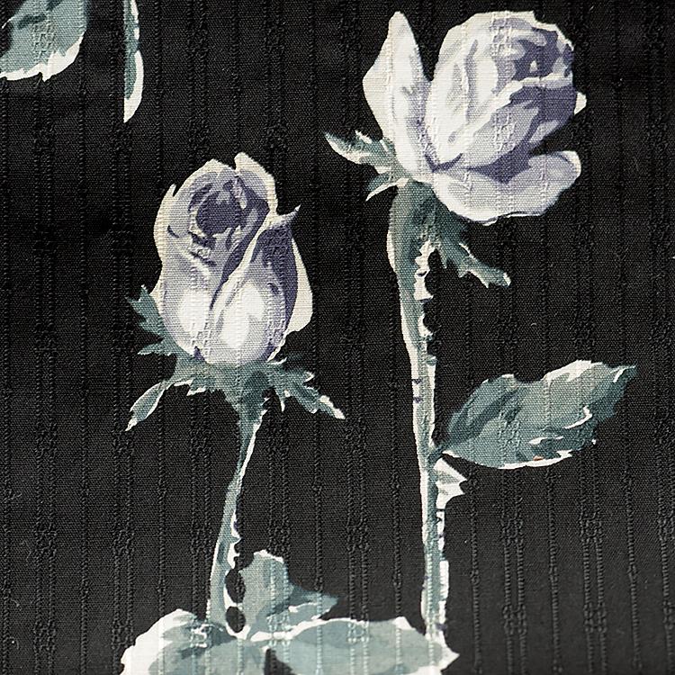 黒ベースに薔薇蕾柄ハギレ